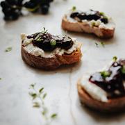 Crostini z ricottą, tymiankiem i konfiturą z winogron