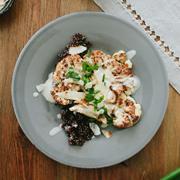 Stek z kalafiora, z komosą ryżową i sosem sezamowym