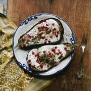 Pieczone bakłażany z sosem maślankowym, za'atarem i granatem