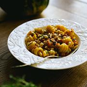 Makaron z sosem z pieczonej dyni i orzechów laskowych