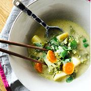 Zupa z zielonym curry i tajską bazylią