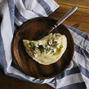 Puree ziemniaczane z pieczonym czosnkiem, serem kozim i miętą