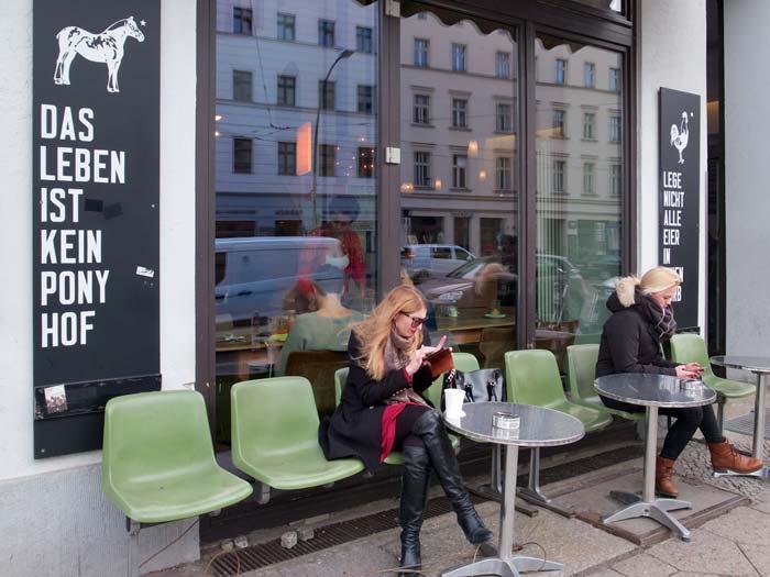 Cafe Sankt Oberholtz op de Rosenthalerplatz is de plek om te zien en gezien te worden.© Jan Hazevoet