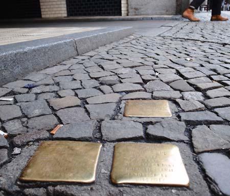 Stolpersteine in de Rosenthaler Strasse herinneren aan afgevoerde Joden.© Jan Hazevoet