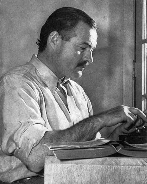 Hemingway aan het werk in Sun Valley Lodge 1939 Foto van Lloyd Arnold