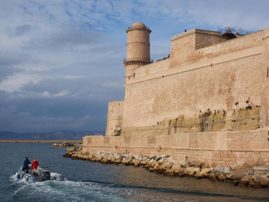 De oude haven wordt bewaakt door twee forten