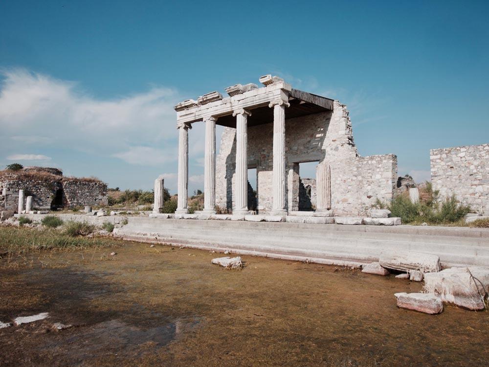 Milete - Wat verder ligt Milete, ook een belangrijke stad in de oudheid. Net als Efeze en Priëne kwam Milete steeds verder van de zee te liggen en raakte de haven verzand door de Meander. De gebouwen liggen pittoresk te verzakken in het moeras.