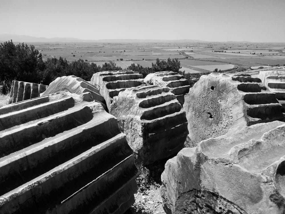 Priëne - Behalve Efeze zijn er nog veel andere schitterende ruïnesteden in de buurt van Kuşadası. Zoals Priëne, een ruïne op een heuvel begroeid met pijnbomen en dennen. Priëne was de eerste stad die werd gebouwd volgens een schaakbordpatroon, met rechte straten van noord naar zuid en van west naar oost en daartussen huizenblokken. Er komen maar weinig bezoekers en het enige geluid dat je er hoort is het getjirp van cicaden.