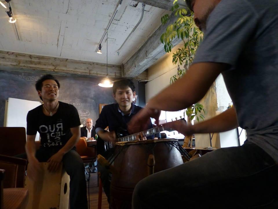 PIWOという音楽イベントでカホンをたたいている西村さん。(左奥)