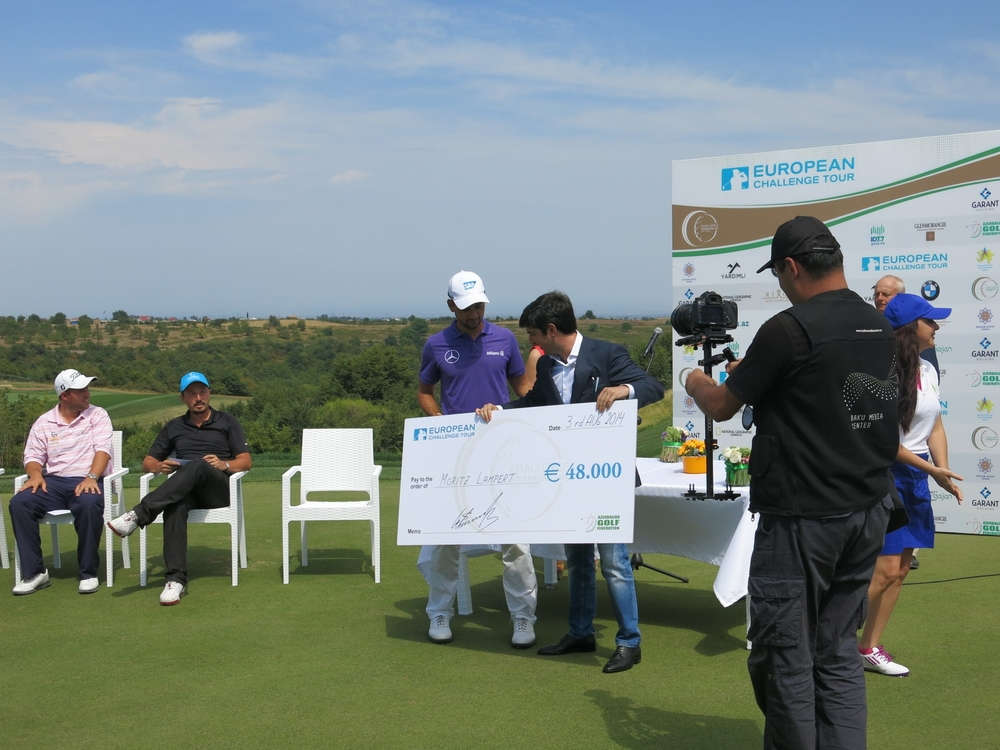 Moritz Lampert from Germany received his first prize from Azerbaijan Golf Federation's president, Anar Mammadov. Alman Moritz Lampert 1.cilik odulunu, Azerbaycan Golf Federasyonu Baskanı Anar Mammadov'dan aldı.