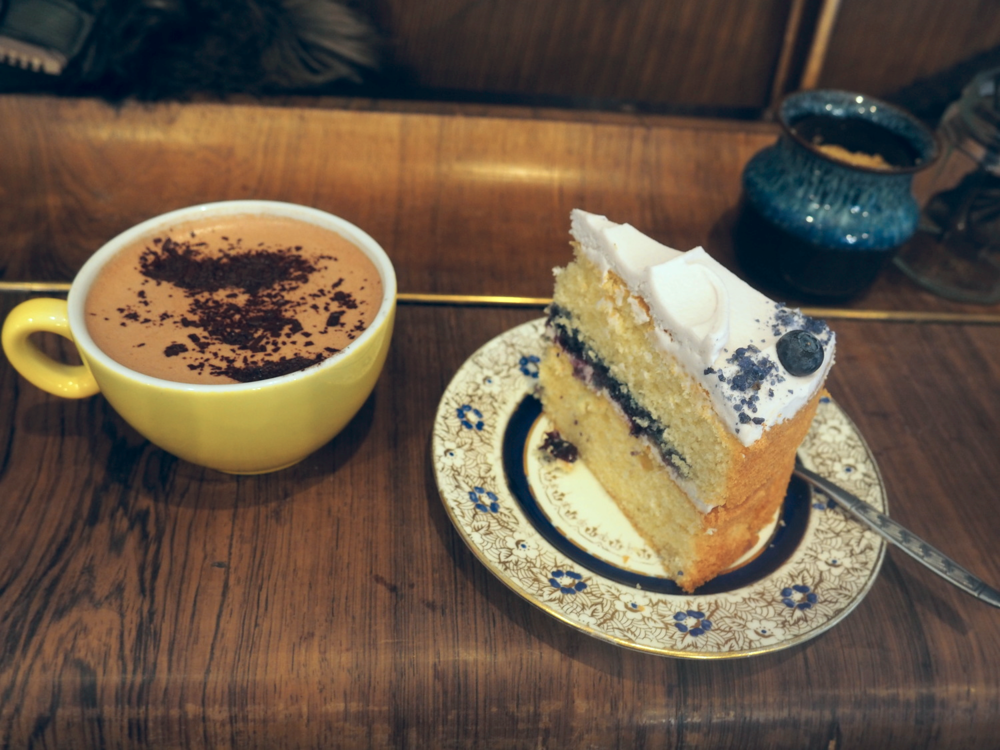 Lavender & blueberry cake along with my favourite hot drink rose and cardamom hot chocolate.   Lavanta ve yaban mersinli kekimin yanında en sevdigim sıcak icecek gul ve kakuleli sıcak cikolata