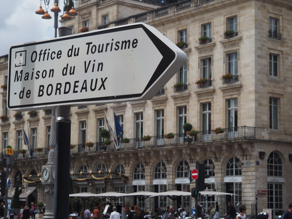 Bordeaux has a very well working  tourism office  close to Place des Quinconces where you can find information, plan your trip, book tours and buy nice souvenirs.    Bordo'nun Place des Quinconces'e yakın cok verimli calısan bir  turizm ofisi  de var, buradan bilgi alabilir, seyahatinizi planlayabilir, turlara rezervasyon yaptırabilir ve hatıra hediyelikler bulabilirsiniz.