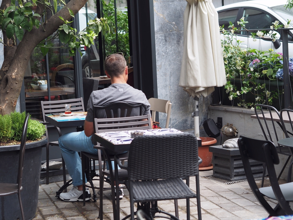 We bumped into the Minoa Books and Coffee shop in Akaretler which has a nice outdoors peaceful garden. Bonus points for lovely tables.   Akaretlerde Minoa'ya rastladık, hem kitapcı hem de kafe. Huzurlu bahcesi pek guzel. Masaların tasarımıyla bizden ekstra puan da alıyorlar.