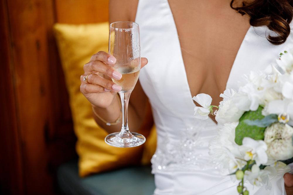 A.P Bloem wedding bruiloft florist Amsterdam flowers bloemen trouwen bloemen bloemenwinkel white tropical bride bruidsboeket bride bouquet bruiloft hangar noord event evenement tropical bride bruid groom bruidgrom champagne