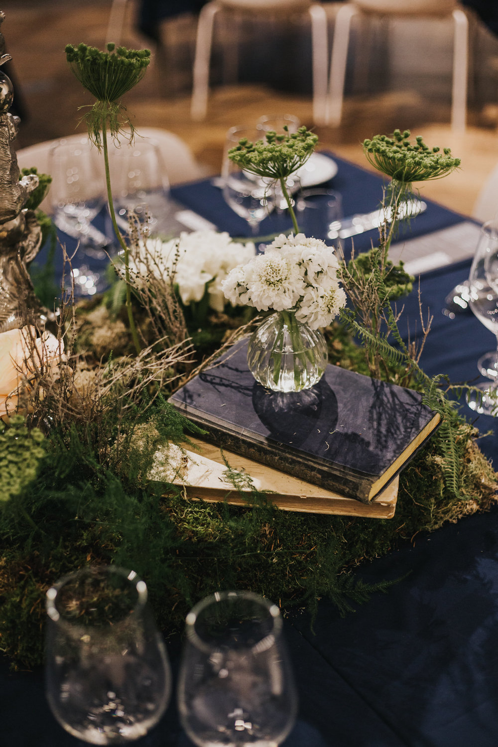 A.P Bloem florist bloemist dining table arrangement vintage Amsterdam flowers sprookjesachtige bloemen wedding bruiloft trouwen marriage Kerkstraat Andaz Hotel wildflowers Alice in Wonderland botanical trouwtrends bruiloft trends wedding goals trouwinspiratie trouwen photoshoot fairytale
