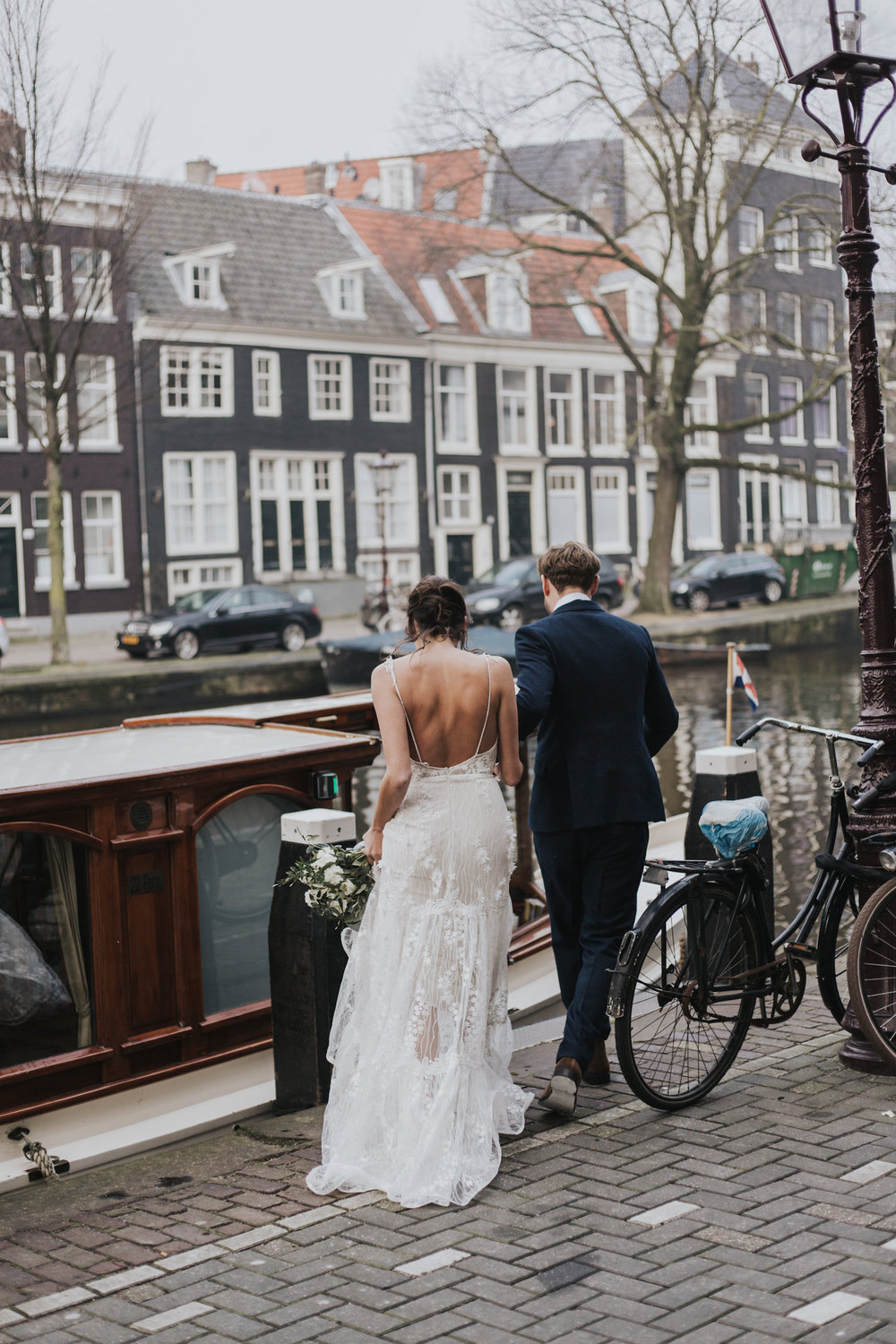 A.P Bloem florist bloemist Amsterdam flowers sprookjesachtige bloemen wedding bruiloft trouwen marriage Kerkstraat Andaz Hotel wildflowers Alice in Wonderland botanical trouwtrends bruiloft trends wedding goals trouwinspiratie trouwen photoshoot fairytale boot boat