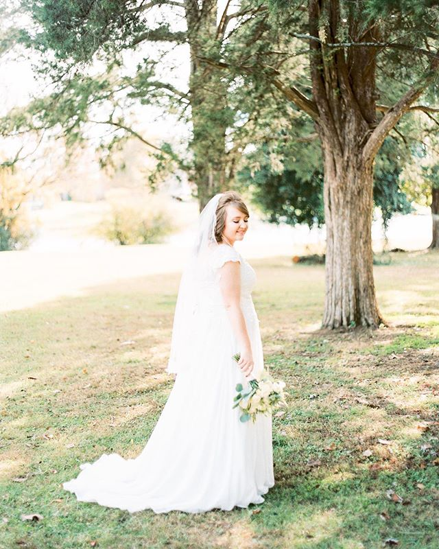 Oh Friday. ⠀ ⠀ A day I love but also a day I resent for only coming once a week. ⠀ •⠀ Venue: @historicrockcastle⠀ Florist: @branchingoutfloralsnashville⠀ Hair and Makeup: @stylist_morgangoodwin⠀ Film lab: @thefindlab⠀ •⠀ #carlajanephoto #nashvilleweddingphotographer #hendersonvillewedding #nashvillebride #weddingdress #weddingbouquet #goldenlight #bride #justmarried #oldhickorylake #filmshooter #filmphotographer #fujipro400h #frontier