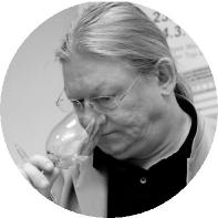 Helmut O. Knallè giornalista e consulente enogastronomico, scrittore e traduttore. Da giovane lavora in vigna, e più tardi come pubblicitario (gruppo-target: vini di pregio). Inizia a scrivere di suo pugno negli anni '80, accortosi della mancanza di informazione seria sul vino, mentre gestisce a Vienna il primo wine bar sul Danubio. Italofilo da sempre, scrive soprattutto di vino, antipasti e primi.Capo redattore di Wine - Times (www.wine-times.com)