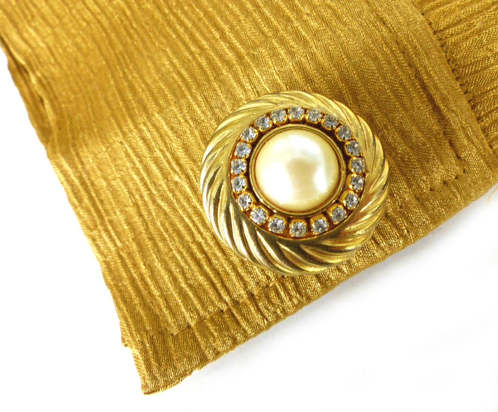 Classic and timeless style in rhinestones and pearl set in a grooved gold spiral setting.
