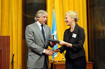 Lee C. Bollinger, President of Columbia University, presents the 2009 Fiction prize to Elizabeth Strout.