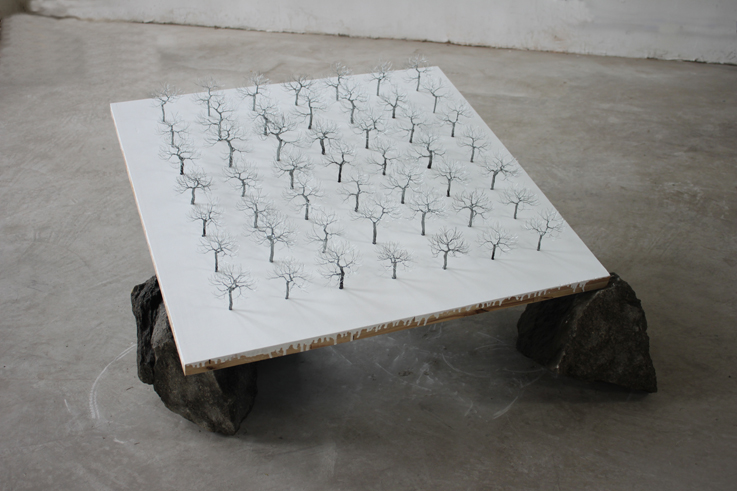 Yang Xinguang 杨心广, There Are Stones Below 底下有些石头, 2011, Iron wire, plywood and stone 大芯板、丝、石, 120 x 120 x 55 cm