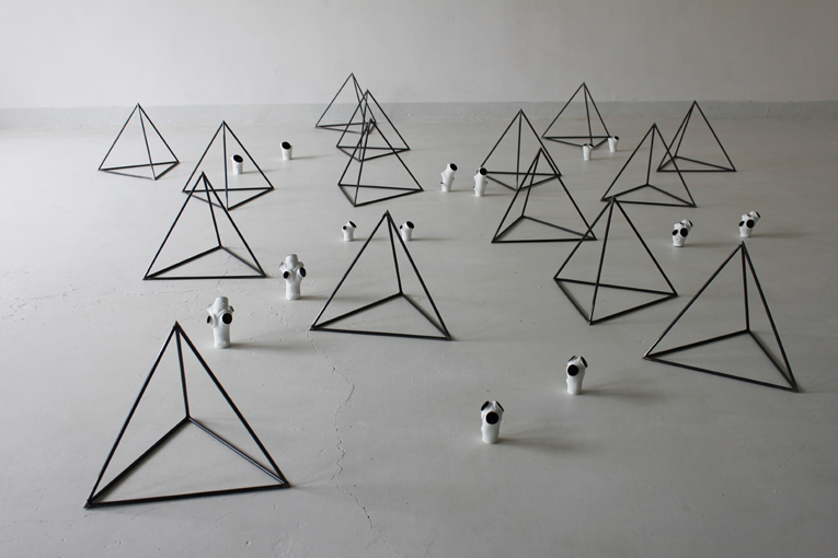 Yang Xinguang 杨心广, Pyramid 锥体, 2012, Steel, bronze and oils 铜、铁与油画颜料, Dimensions variable 尺寸可变 (29 Pieces 29 个部分)