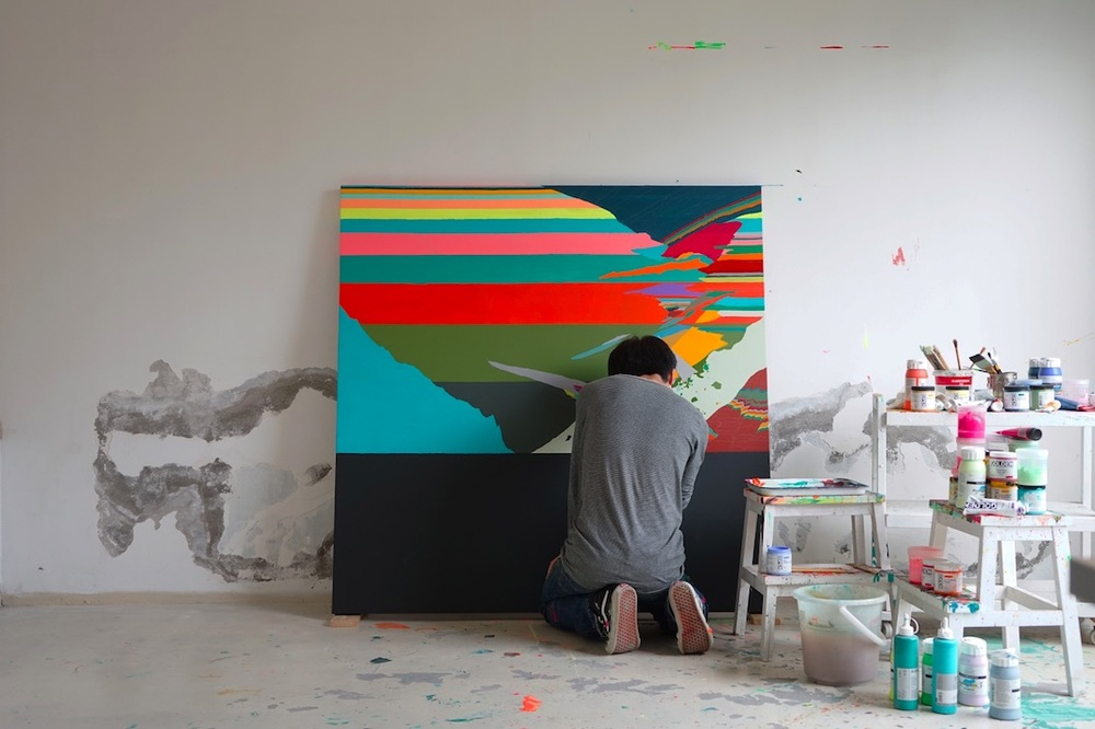 Zhou Fan working in his studio, 2015  image courtesy of Zhou Fan                                                        创作中的周范,图片艺术家惠允