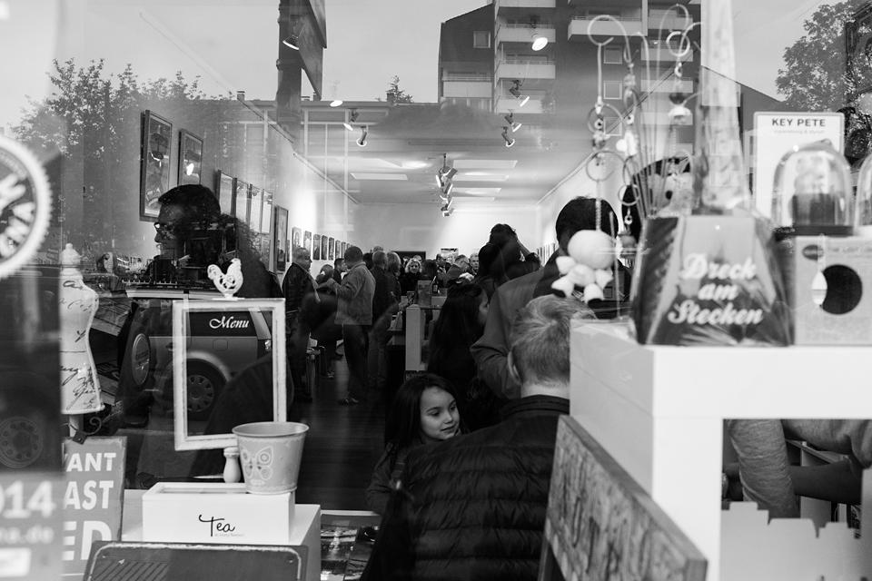 """Blick durch das Schaufenster der Sold Out Gallery während der Vernissage zur Ausstellung """"Bochum in Bildern Nr.1"""""""