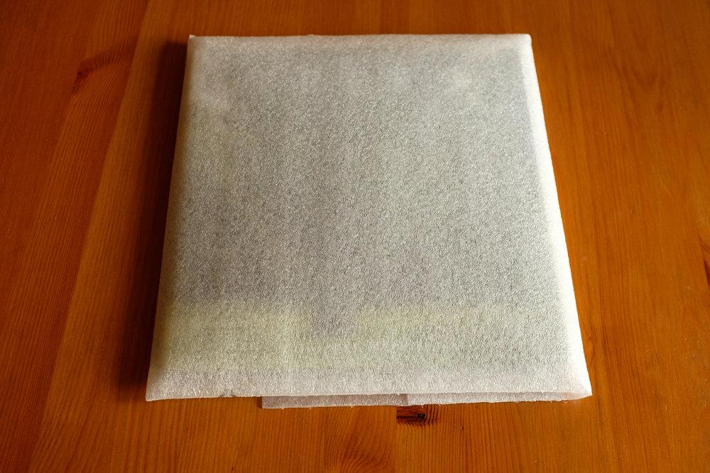 Nach dem Umschlag aus Pappe, die zweite, gut gepolsterte Hülle.