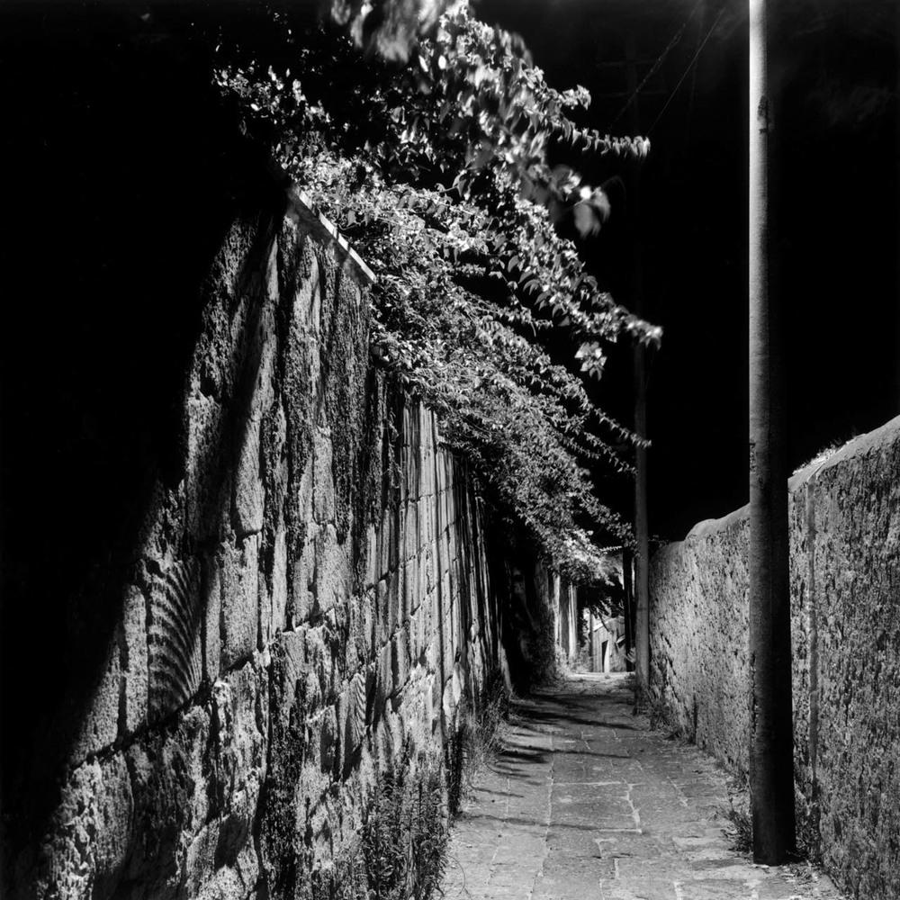Discesa Gaiola, Napoli, 2001 Stampa digitale su carta Hahnemuhle, cm 100x100 / 120x120 / 140x140 (ed. 6 + 1AP)