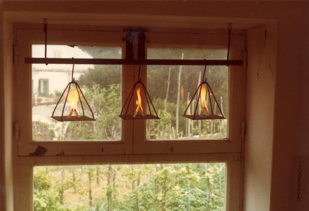 Yannis Kounellis, intervento sulla finestra dello studiolo di Edwin Cerio Installation on the window of the Edwin Cerios' Studiolo
