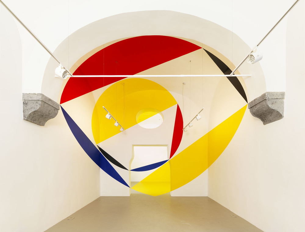 Felice Varini,  Rosso nero giallo blu per scudo trapezio e disco , 11 ottobre 2014 (Red black yellow blue for shield trapeze and disk)  -  comunicato stampa / press release   © Luciano Romano