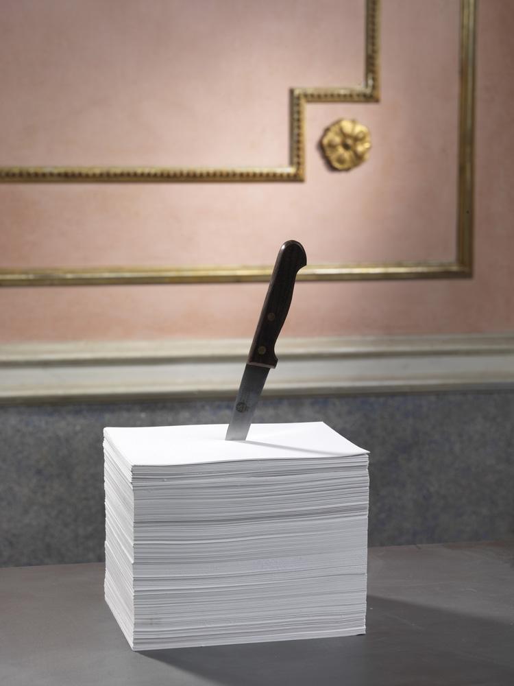 Colpo mancino , 2014 carta, acciaio, cm 21 x 15 x 32  © Luciano Romano