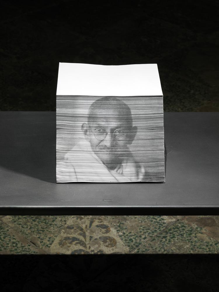 I giardinieri (Mahatma Gandhi) , 2014 fotografia su carta, cm 24 x 14,5 x 30  © Luciano Romano