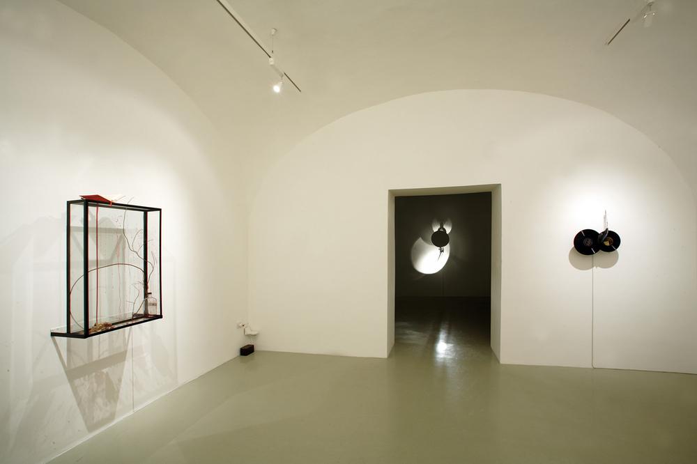 Rebecca HORN Installazione Studio Trisorio Napoli, aprile -giugno 2006.jpg