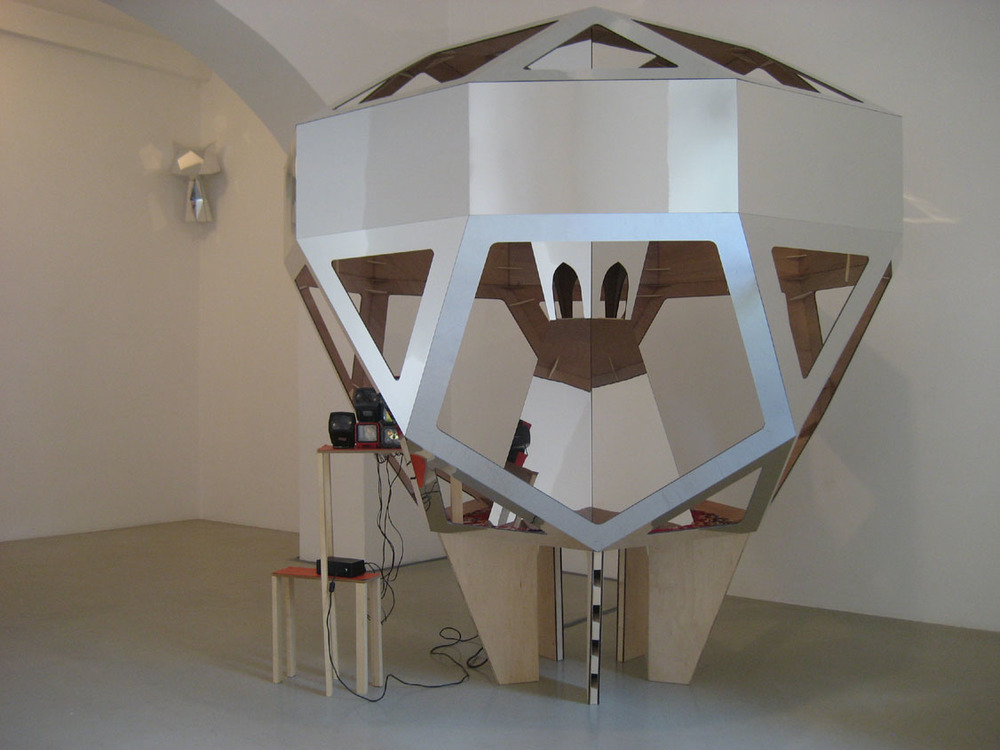 Eleanor & James Avery,  Feeder , 18 giugno 2009, Roma   Feeder , mirror laminate on plywood, timber, carpet, 35mm slide viewers, vinyl, cm 200x200x200