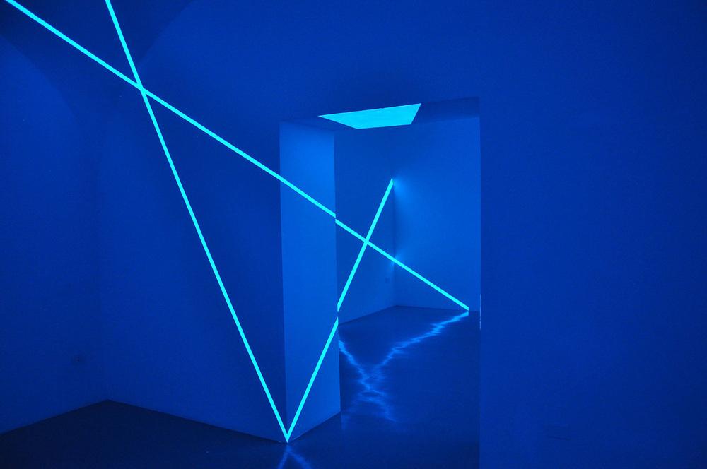 Felice Varini, 6 ottobre 2010, Napoli   Due linee, sei rette luminose  (Two lines,Six Straight Lines) pigmento fotoluminescente/photoluminescent pigment  ph Luciano Romano