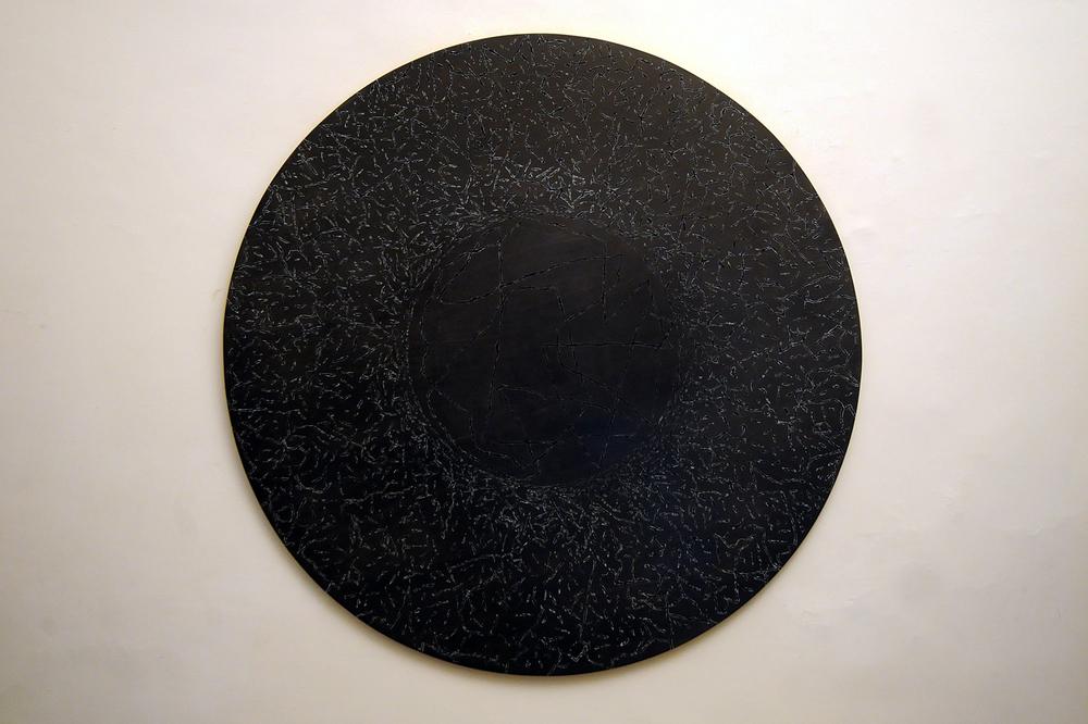 Alfredo Pirri, 1987, tecnica mista su legno, diametro cm 140