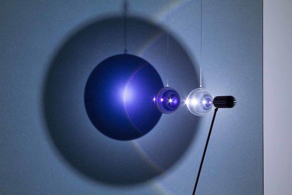 Fabrizio Corneli, Halo , 2015,pannello rifrangente, lampada a led, sfere ottiche,cm 100 x 100