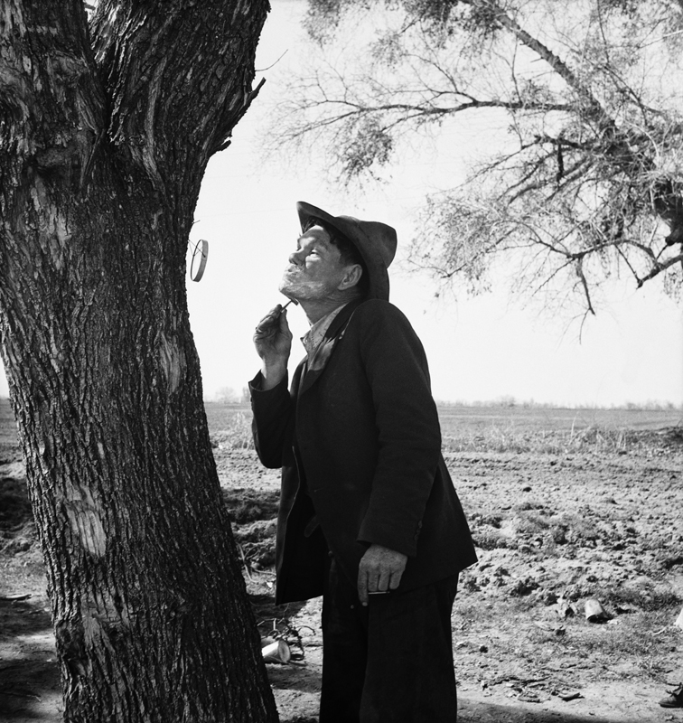 Dorothea Lange,  Migrant Man Shaving by Roadside on US Highway 99 , En Route to San Diego, 1939, cm 37,8x40, framed cm 55x55