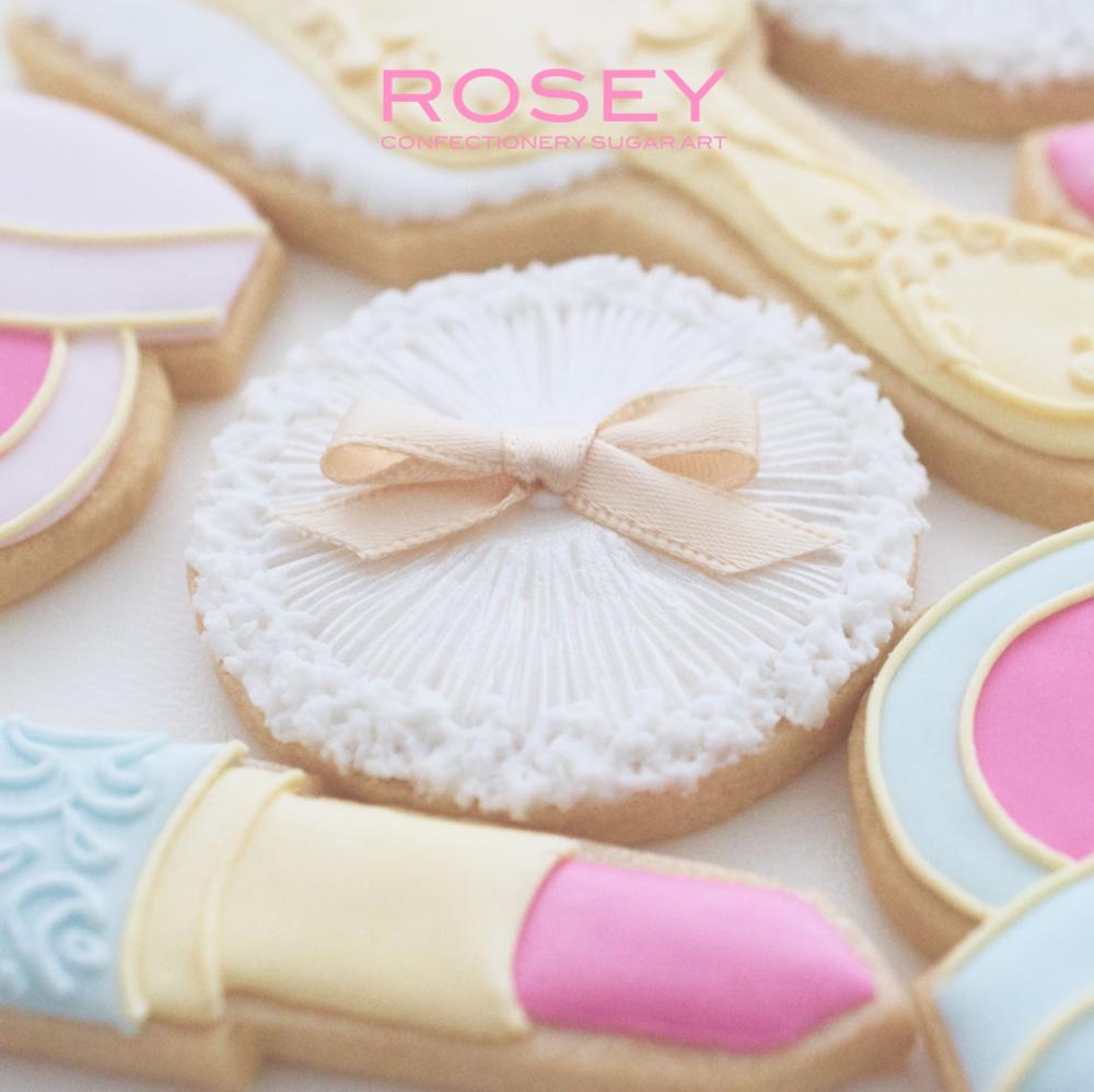 イメージ画像  レトロなコスメアイテムをテーマにしたデザイン。 リップ・コンパクト・パフなど 5種類のクッキーをデコレーションします。 ビギナー〜経験者の方までお楽しみいただける デザインです。お気軽にご参加ください☆