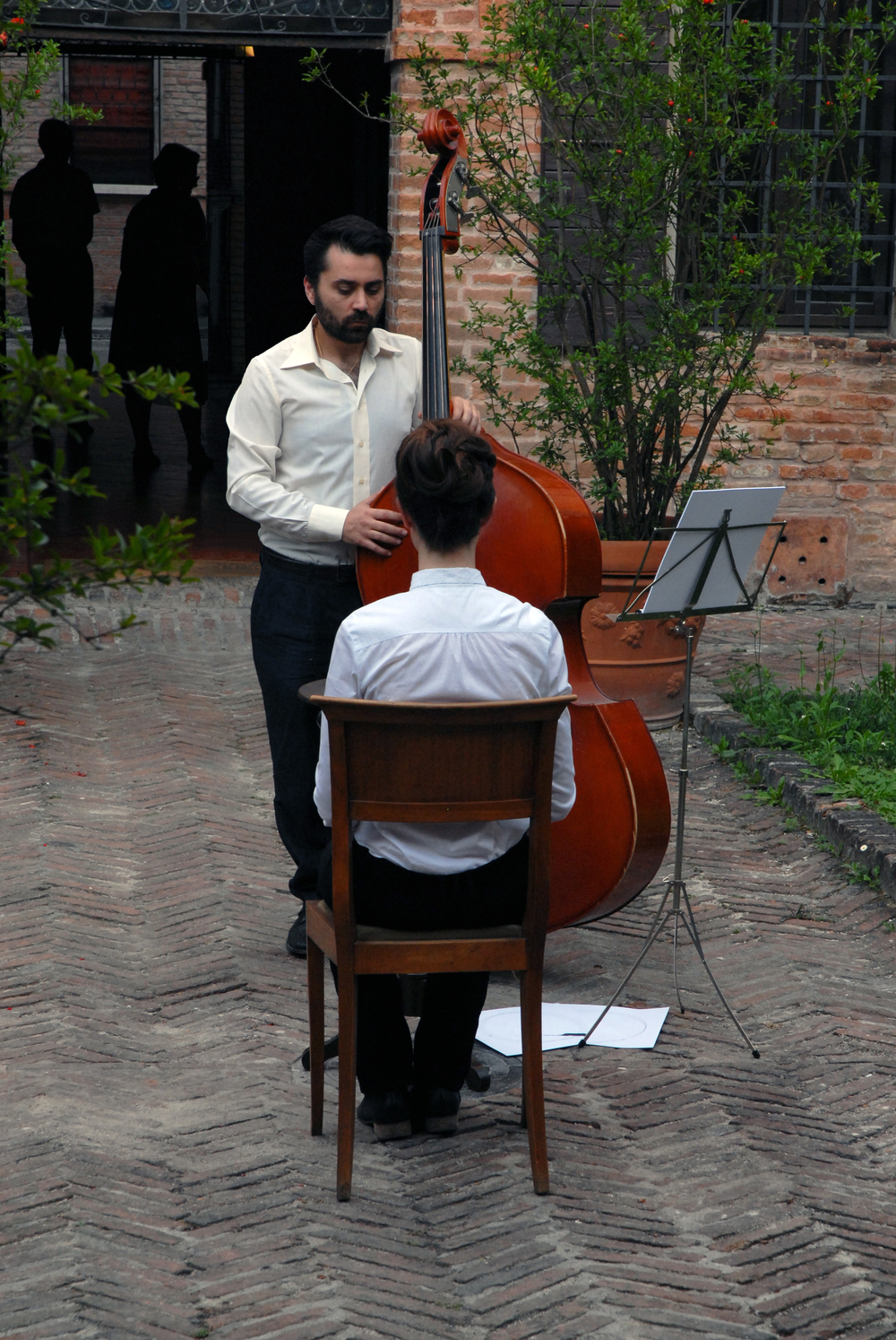 Twelve movements for hourglass and contrabass / Dodici movimenti per clepsamia e contrabbasso, 2009-2011. Photographic documentation by Marzia Bedotti, June 17, 2011. Contrabass: Salvatore Lauriola. Museum Ariosto's House, Ferrara, Italy