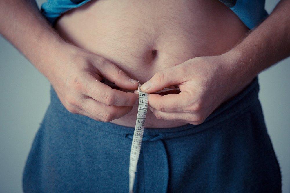 Fedtlagring på maven er ikke kun en æstetisk udfordring: livvidde er ofte et direkte mål for mængden af fedt omkring organerne og dét fedt øger risiko for livsstilssygdomme.  Foto: Michal Jarmoluk, via Pixabay.