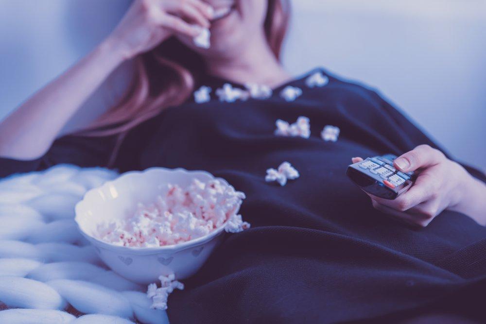 At spise, mens man er distraheret af noget andet, gør dig mindre mæt, giver større lyst til at spise mere og svækker evnen til at vurdere mængden, man spiser. Foto af JESHOOTS.COM via Unsplash
