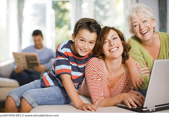 multi-generation_family_enjoying_computer_pe0074769.jpg