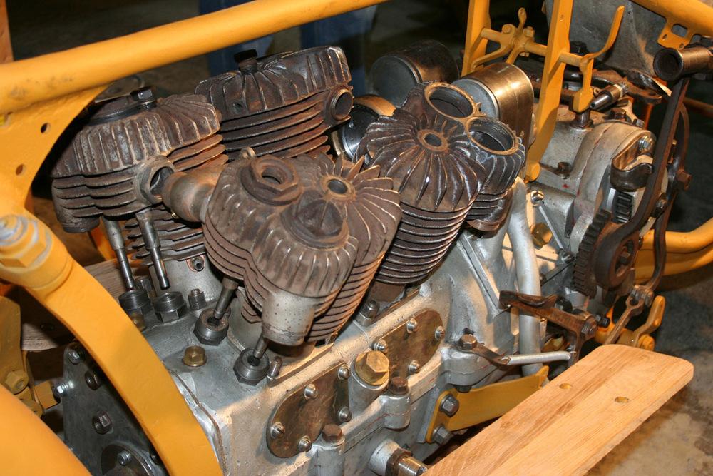 """Spanjola 2000ccm igjen! Den manglende bakre rekken er erstattet med et sett """"nye"""" 1919 modell Indian Powerplus cylindere."""