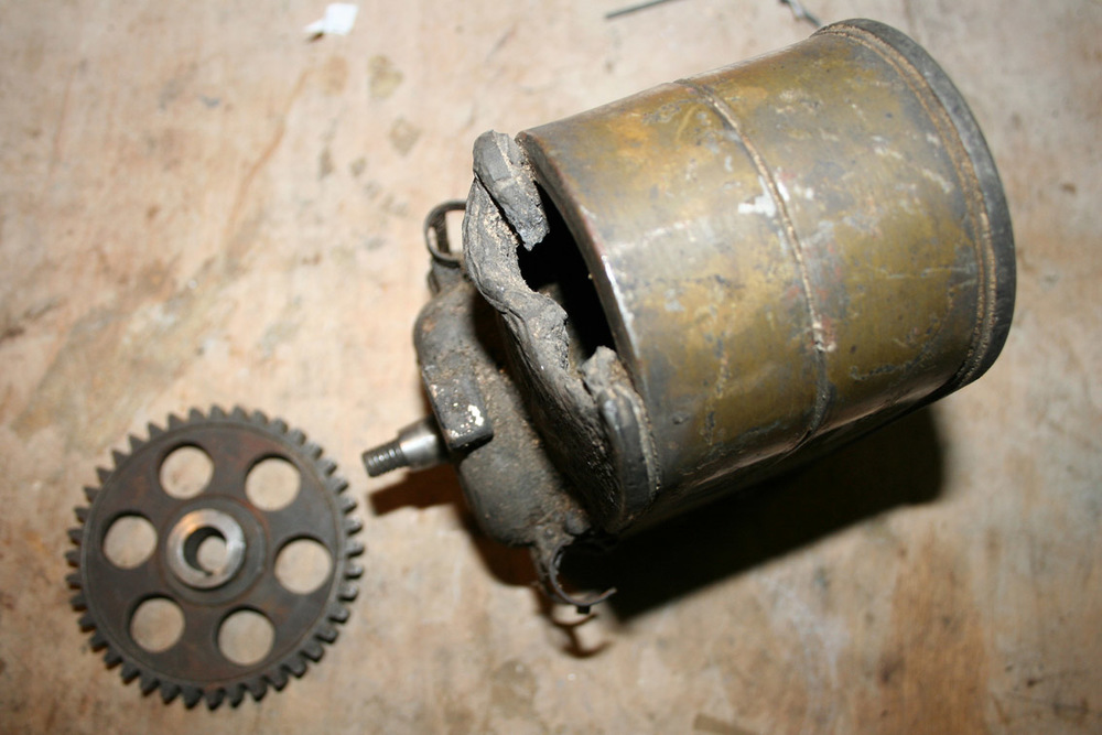 En av orignalmagnetene. Aluminiumensmeltet antagelig da rammen ble kuttet opp med brenner. Det kan forklare hvorfor ikke motoren fikk nytt liv etter hugging.