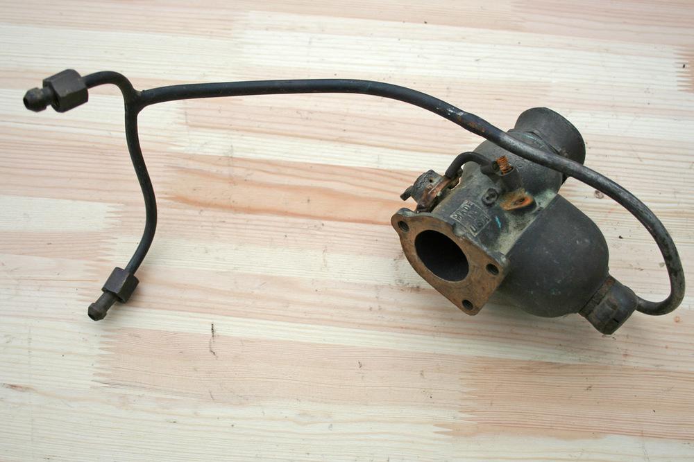 Forgasseren, bensinrørene til tanken avslører også plasseringen på sykkelen. Merket er Schebler, modellHX 181 var produsertfor Harley Davidson 1200 ccm.