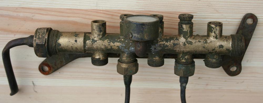 Smøreapparatet var montert på siden av bensintanken. Den hartrykkmåler og ventiler for ideviduell justering av oljetilførsel tilsmørepunktene i motoren.