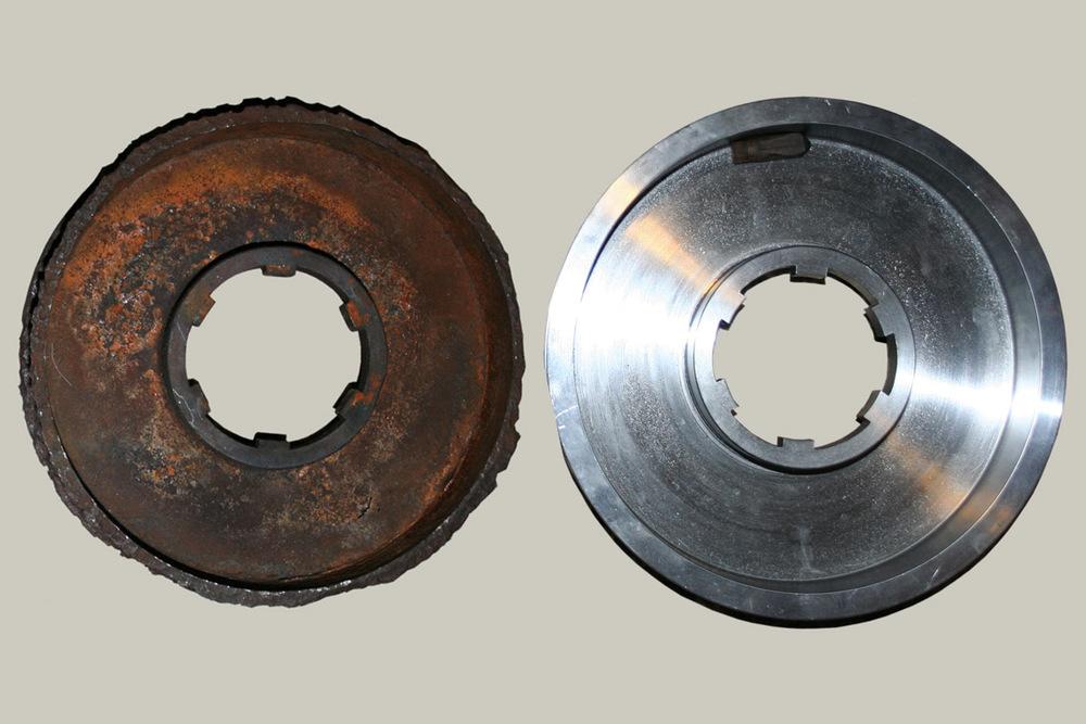 Bremsetrommelen var en av få deler hvor rusten hadde fått overtak. Espen Volle dreide en ny. Trepluggen (som ligger i den nye) er oljeproppen til navet, hadde klart seg langt bedre enn ståltrommelen!